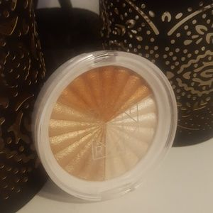 Ofra x Nikkietutorials highlighter - Everglow